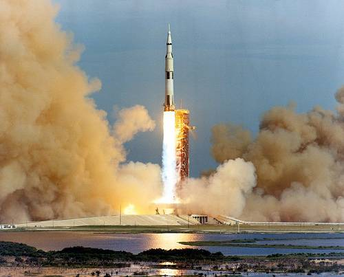 http://commons.wikimedia.org/wiki/Image:Apollo_15_launch_medium_distance.jpg