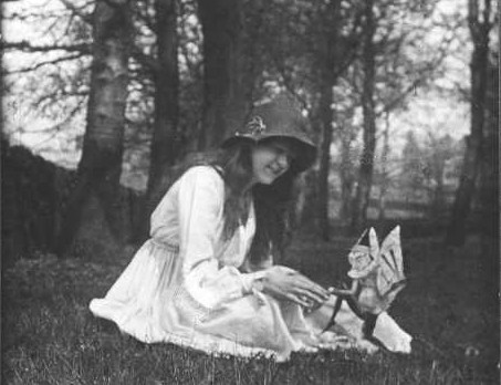 http://upload.wikimedia.org/wikipedia/en/d/d1/Cottingley_Fairies_2.jpg