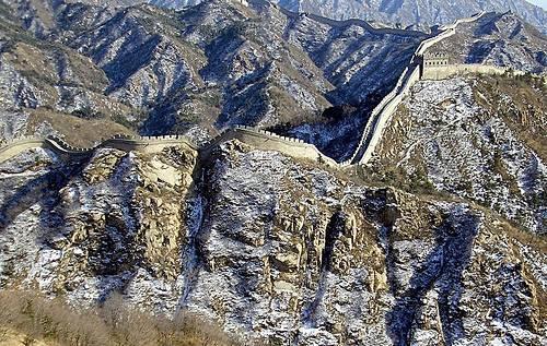 http://commons.wikimedia.org/wiki/Image:GreatWallNearBeijingWinter.jpg