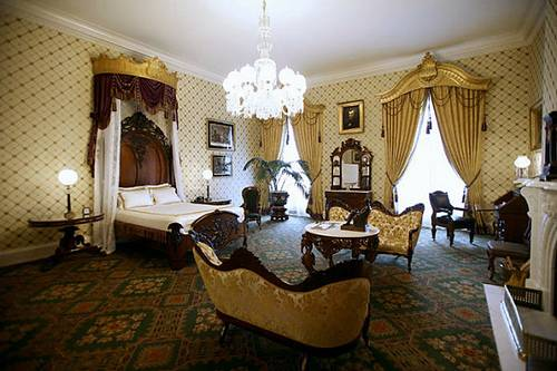 http://commons.wikimedia.org/wiki/File:Lincoln_Bedroom_in_2007.png