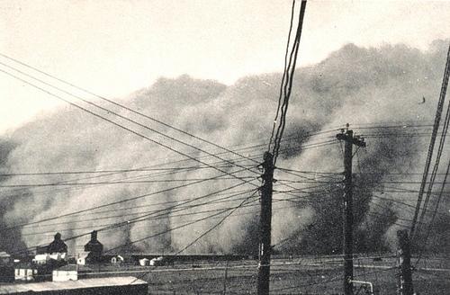 http://commons.wikimedia.org/wiki/File:DustStormInSpearmanTexas19350414.jpg
