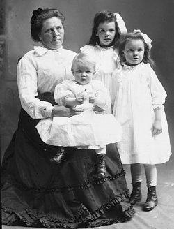 http://en.wikipedia.org/wiki/File:Belle_Gunness_with_children.jpg