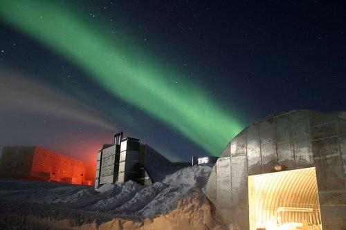 http://en.wikipedia.org/wiki/File:Amundsen-Scott_marsstation_ray_h_edit.jpg