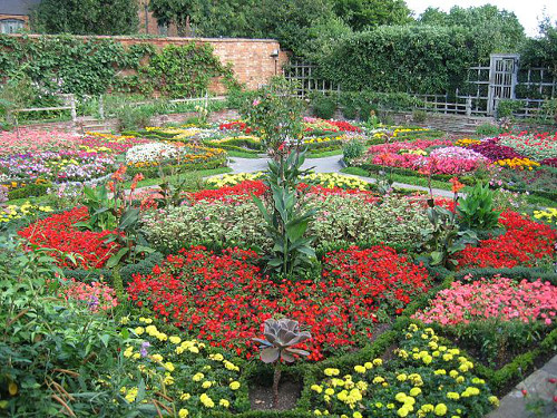 https://commons.wikimedia.org/wiki/File:Knot_Garden_at_New_Place_-Stratford-upon-Avon.jpg