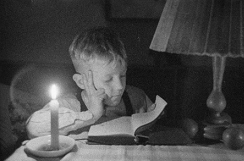 https://commons.wikimedia.org/wiki/File:Fotothek_df_ps_0000370_003_Kinder_%5E_Kinderbesch%C3%A4ftigungen_%5E_lesend.jpg