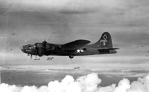 https://commons.wikimedia.org/wiki/File:Boeing_B-17F_42-29513_in_flight,_1943.jpg