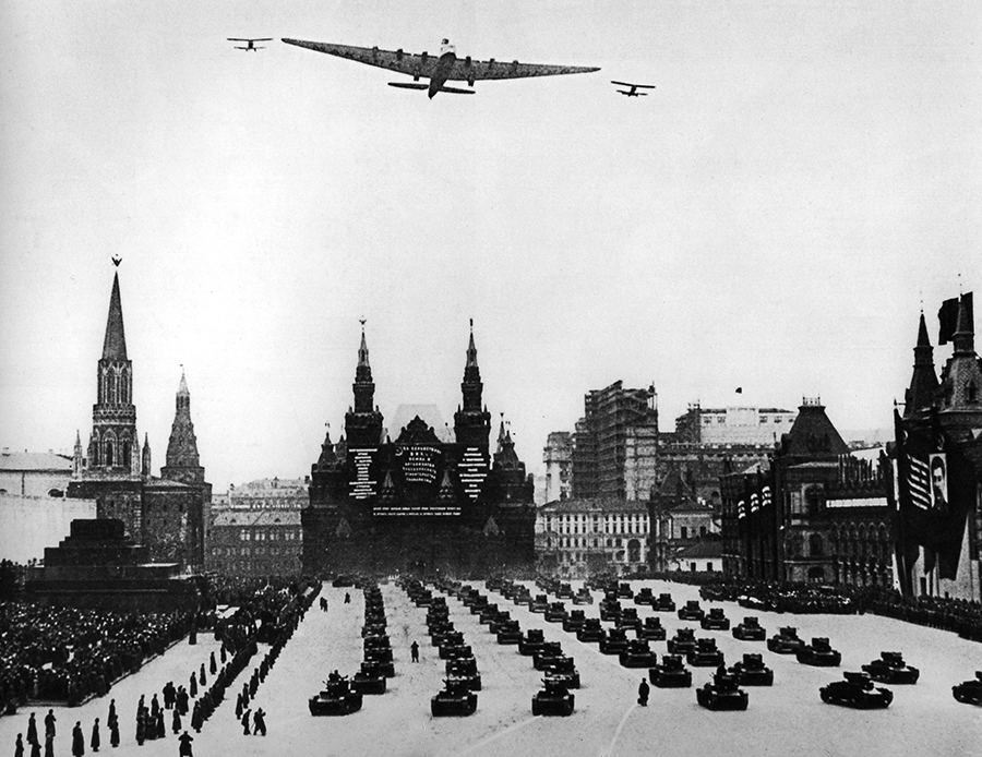 https://commons.wikimedia.org/wiki/File:Tupolev_ANT-20_%22Maxim_Gorky%22_overflying_Red_Square,_Moscow.jpg