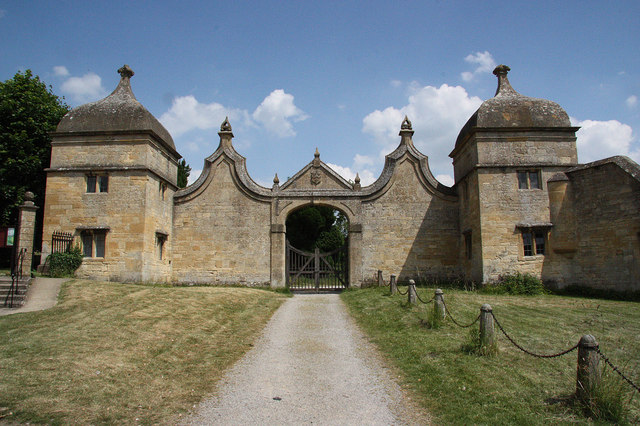 https://commons.wikimedia.org/wiki/File:Campden_House_gates_-_geograph.org.uk_-_1990405.jpg