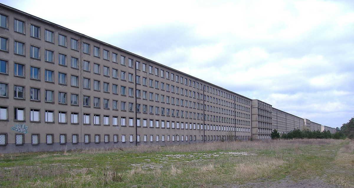 https://commons.wikimedia.org/wiki/File:KdF._Kraft_durch_Freude._Geplantes_Ferienheim_der_Nationalsozialisten_in_Prora_auf_R%C3%BCgen.JPG