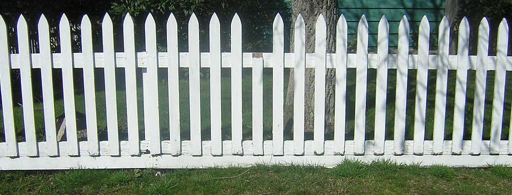 https://commons.wikimedia.org/wiki/File:Wood_fence.jpg