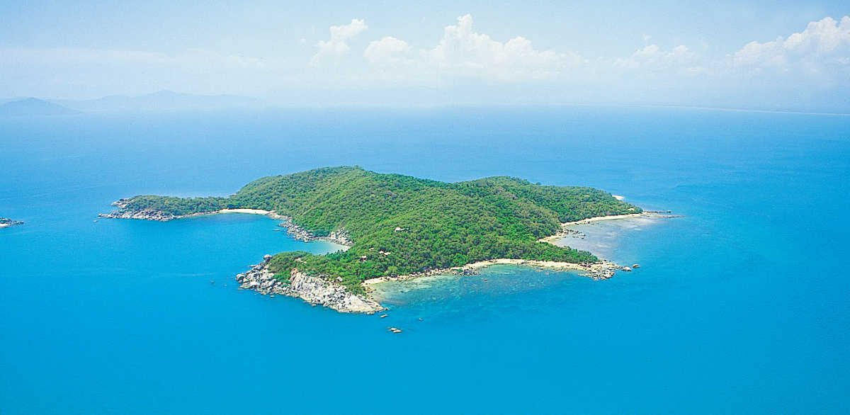 https://commons.wikimedia.org/wiki/File:Bedarra_Island_aerial.jpg