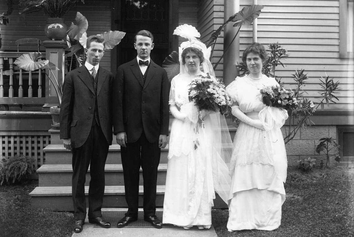 https://commons.wikimedia.org/wiki/File:Bride,_groom,_maid_of_honor,_and_best_man_at_Bryce_Gillespie_wedding_1914_(3191749612).jpg