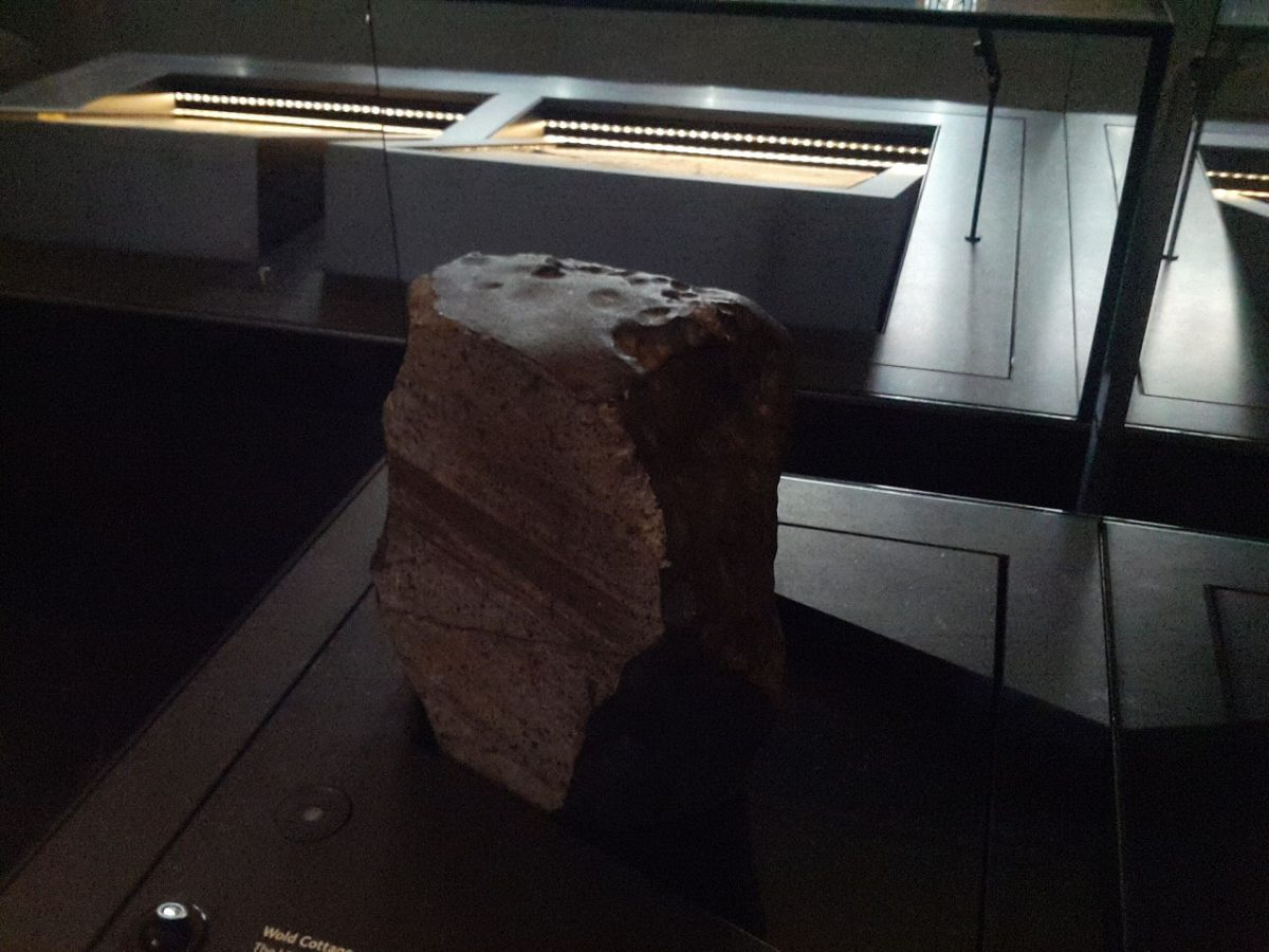 https://commons.wikimedia.org/wiki/File:Wold_Cottage_meteorite,_Treasures_Exhibition,_Natural_History_Museum_12.jpg