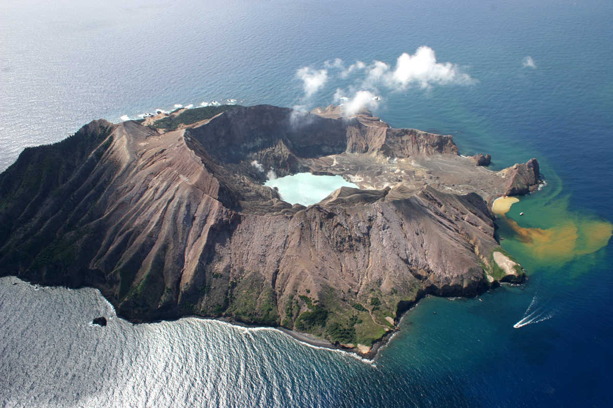 https://commons.wikimedia.org/wiki/File:White_Island,_New_Zealand.jpg