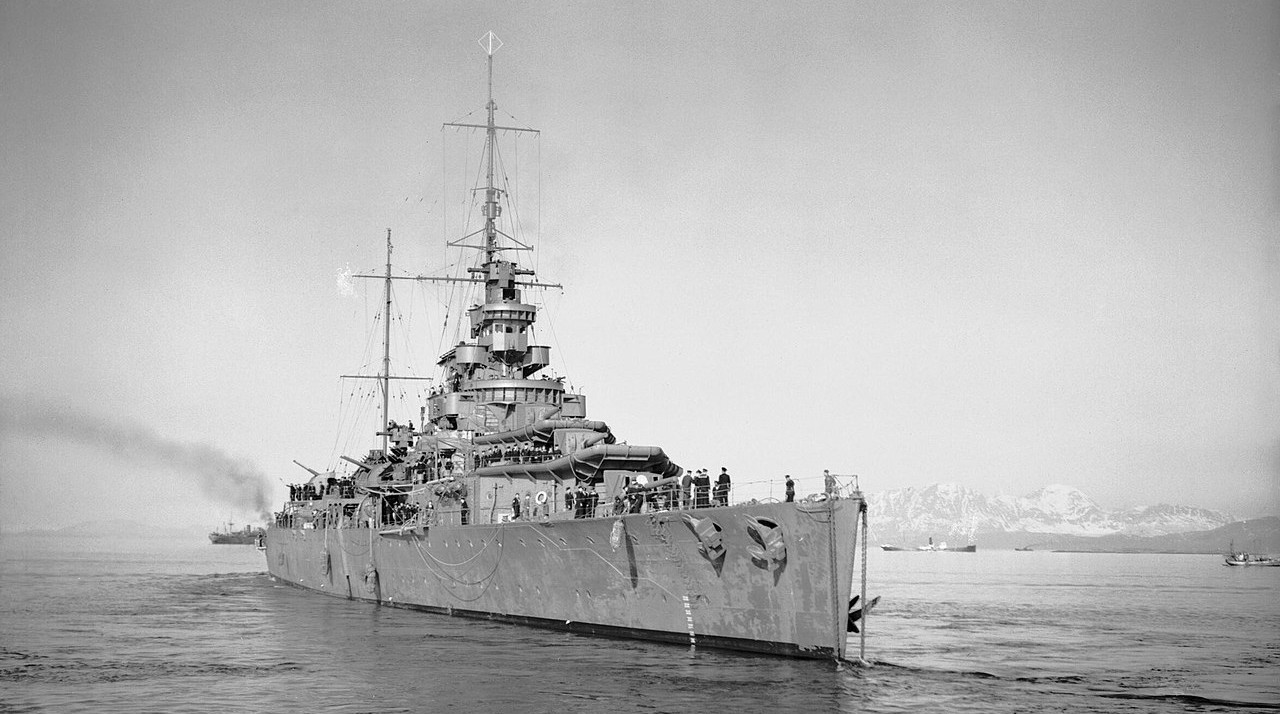 https://commons.wikimedia.org/wiki/File:HMS_EFFINGHAM_in_Norway,_16_May_1940._N246.jpg
