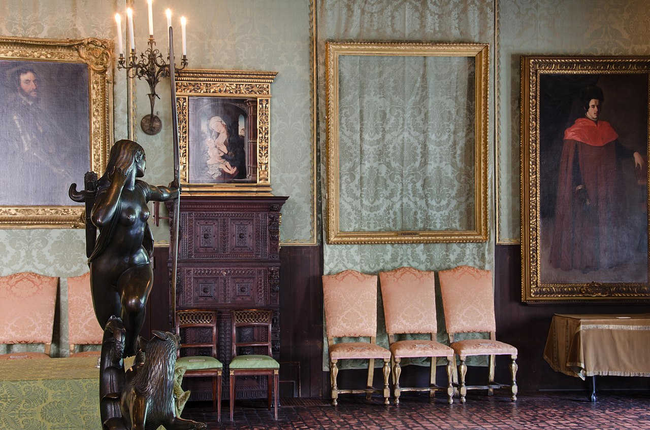 https://commons.wikimedia.org/wiki/File:Empty_Frames_at_Isabella_Stewart_Gardner_Museum.jpg