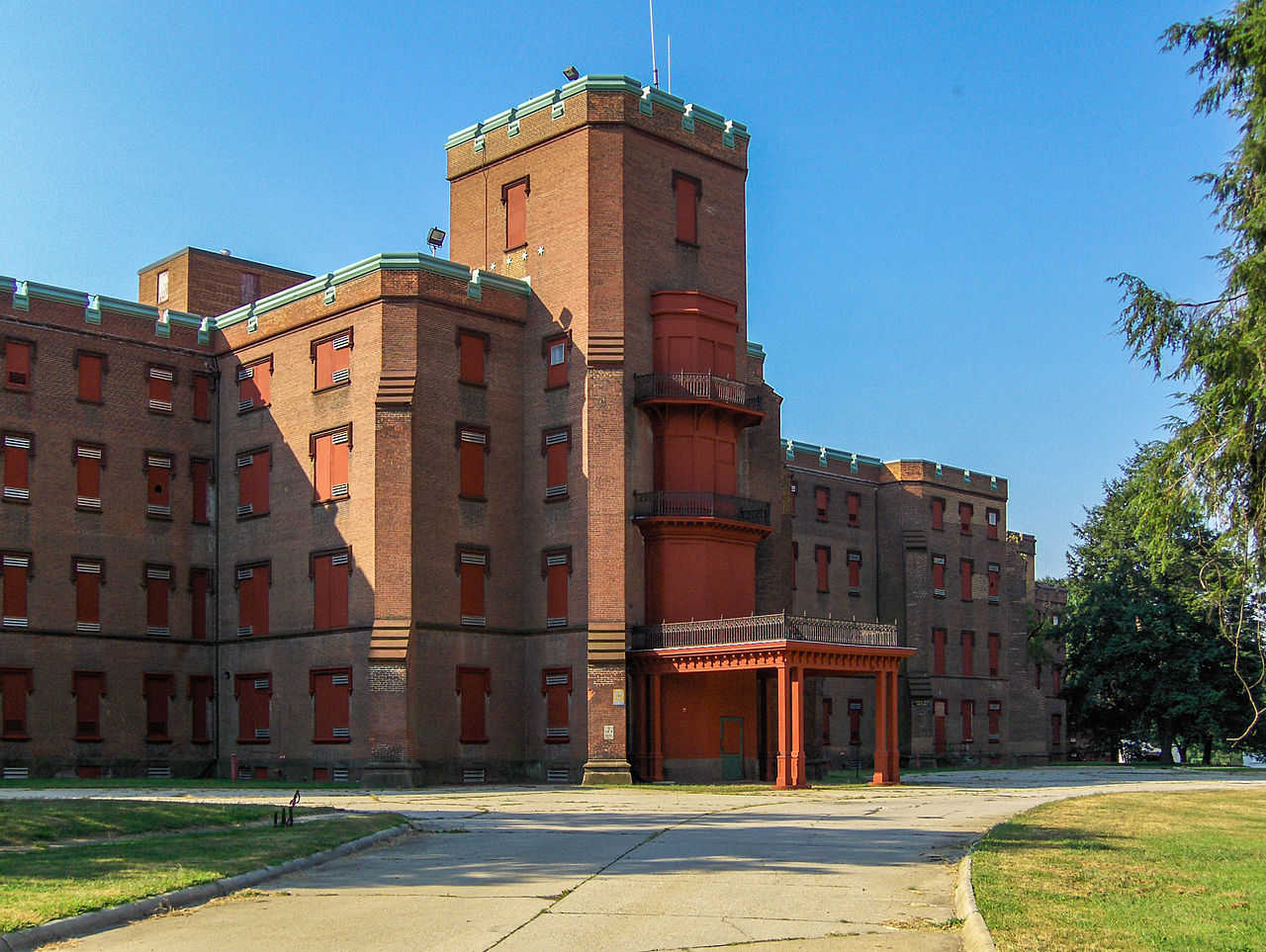 https://commons.wikimedia.org/wiki/File:Center_building_at_Saint_Elizabeths,_August_23,_2006.jpg