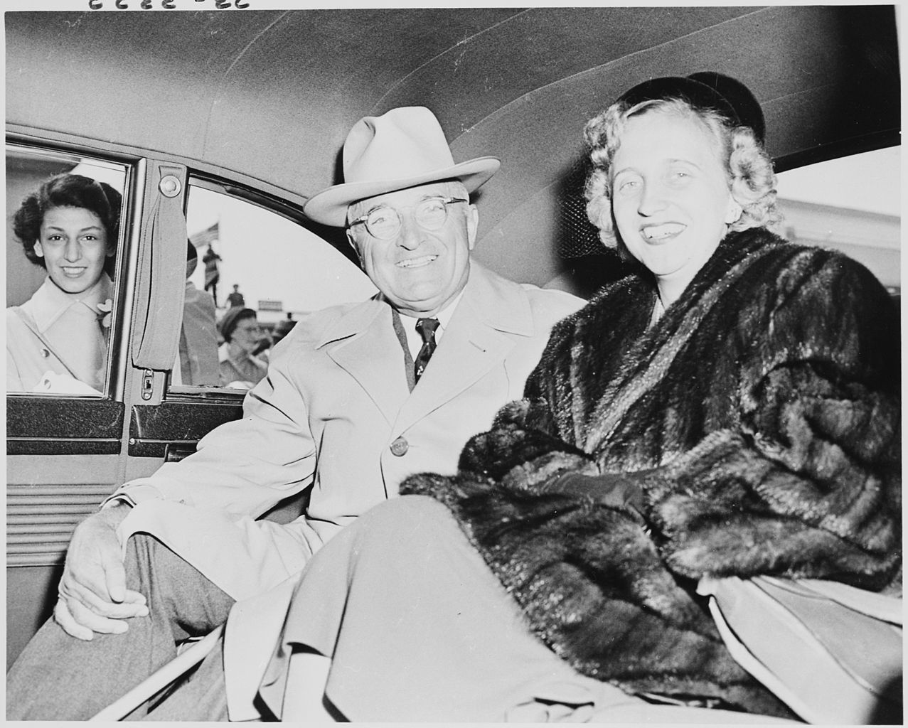 https://commons.wikimedia.org/wiki/File:Photograph_of_President_Truman_and_his_daughter_Margaret_Truman_in_the_back_of_their_limousine,_upon_their_return..._-_NARA_-_200211.jpg