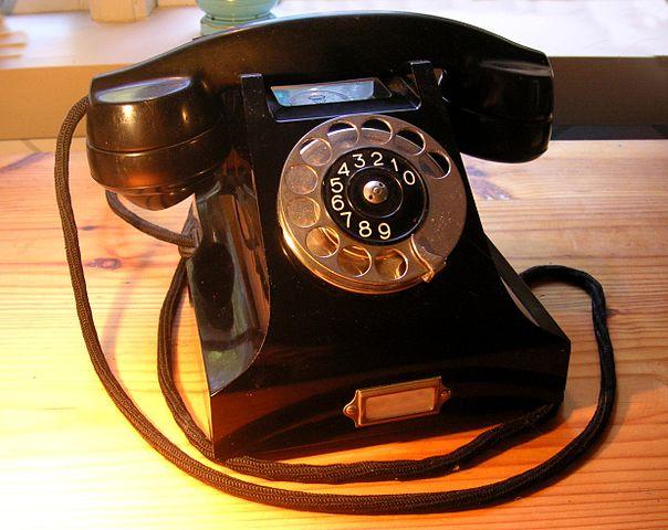 https://commons.wikimedia.org/wiki/File:Ericsson_bakelittelefon_1931.jpg