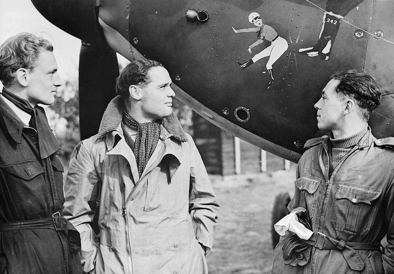 https://lv.wikipedia.org/wiki/Att%C4%93ls:Squadron_Leader_Douglas_Bader_(centre)_and_fellow_pilots_of_No._242_Squadron,_Flight_Lieutenant_Eric_Ball_and_Pilot_Officer_Willie_McKnight,_admire_the_nose_art_on_Bader%27s_Hawker_Hurricane_at_Duxford,_October_1940._CH1412.jpg