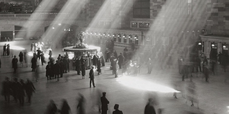 https://commons.wikimedia.org/wiki/File:Grand_Central_rays_of_sunlight.jpg