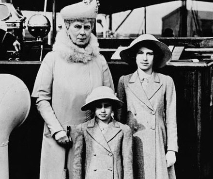 https://commons.wikimedia.org/wiki/File:Queen_Mary_with_Princess_Elizabeth_and_Margaret.jpg