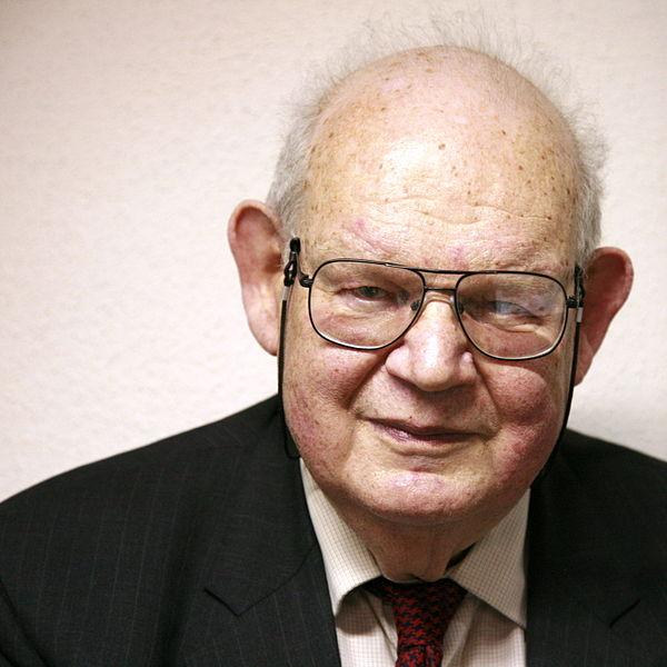 https://commons.wikimedia.org/wiki/File:Benoit_Mandelbrot_mg_1804c.jpg