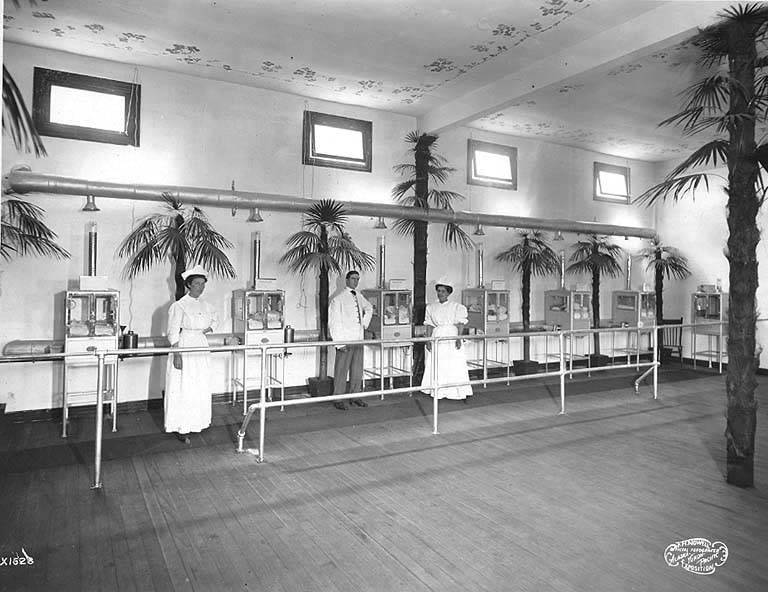 https://commons.wikimedia.org/wiki/File:Baby_incubator_exhibit,_A-Y-P,_1909.jpg