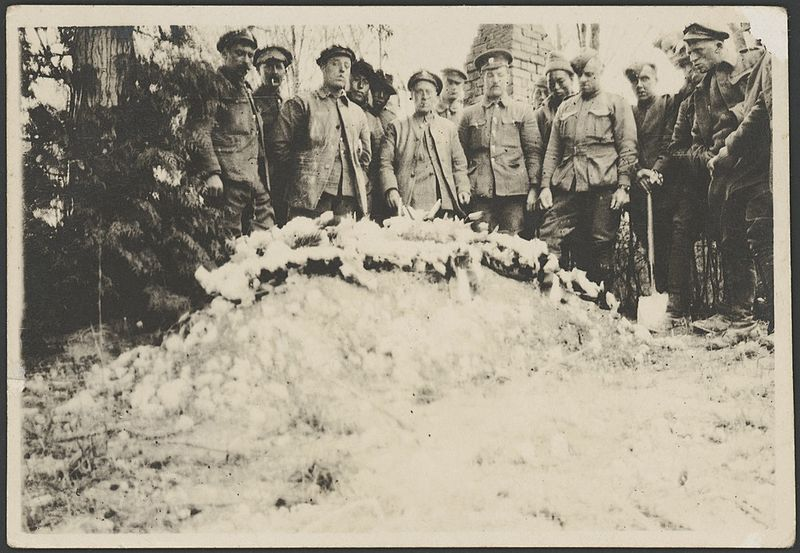 https://commons.wikimedia.org/wiki/File:British_Labour_Corps_workers,_who_conducted_the_burial,_pose_behind_the_grave_of_Manfred_von_Richthofen,_Bertangles,_France,_22_April_1918_-_John_Joshua_(16985047511).jpg