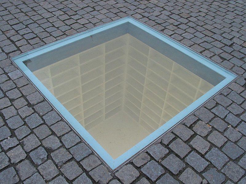 https://commons.wikimedia.org/wiki/File:Denkmal_der_Buecherverbrennung.jpg
