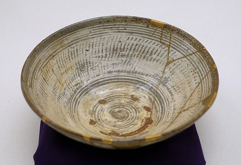 https://commons.wikimedia.org/wiki/File:Tea_bowl,_Korea,_Joseon_dynasty,_16th_century_AD,_Mishima-hakeme_type,_buncheong_ware,_stoneware_with_white_engobe_and_translucent,_greenish-gray_glaze,_gold_lacquer_-_Ethnological_Museum,_Berlin_-_DSC02061.JPG