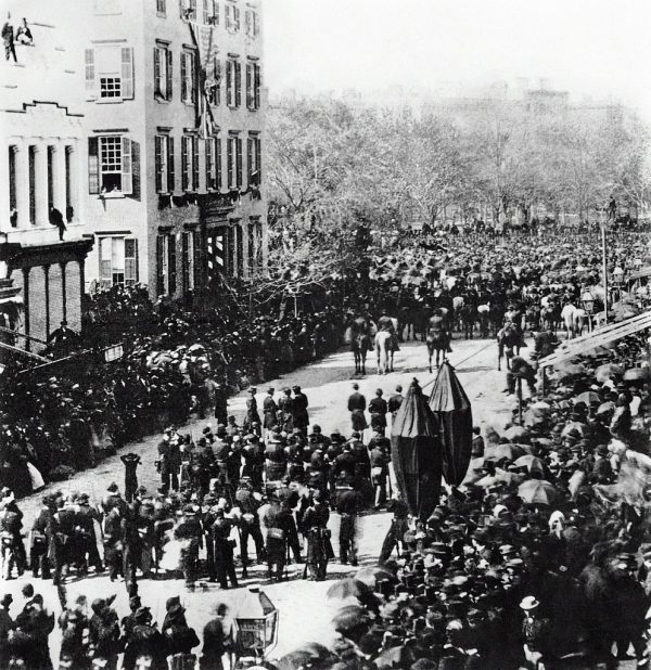 https://commons.wikimedia.org/wiki/File:Lincoln_Funeral_Procession_Roosevelt_Mansion_Broadway.jpg